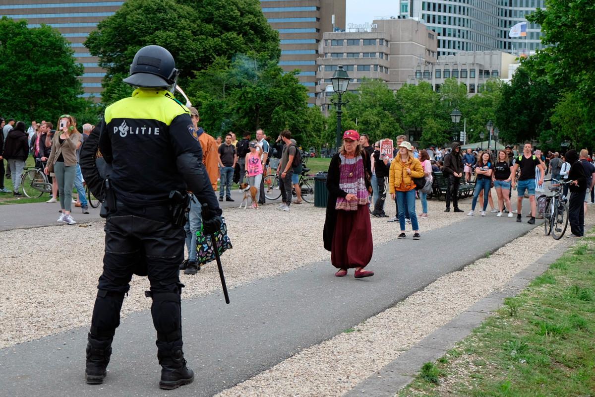 Dutch cops detain 400 after coronavirus restrictions protest
